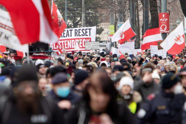 Manifestanții nu mai acceptă restricțiile.